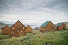 Opinião do dia no passo pequeno do mar do Lago Baikal sobre uma vila imagens de stock royalty free