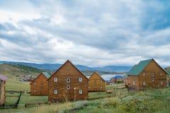 Opinião do dia no passo pequeno do mar do Lago Baikal sobre uma vila fotos de stock