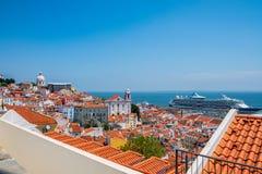 Opinião do distrito de Alfama - Lisboa do telhado, Portugal foto de stock