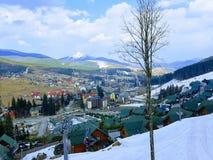 Opinião do elevador na estância de esqui Bukovel, Carpathians, Ucrânia foto de stock