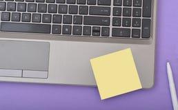 Opinião do fim do teclado do portátil com bloco de notas Fotografia de Stock