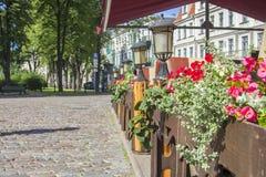 Opinião do fundo da rua na cidade velha de Riga foto de stock
