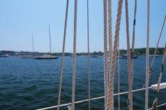 Opinião do fundo fora do barco na água com corda foto de stock
