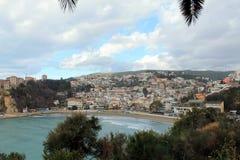 Opinião do graduado do mar de adriático, da praia, do Ulcinj & do Stari (Montenegro, inverno) Foto de Stock