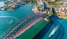 A opinião do helicóptero Sydney Harbor Bridge e a alfazema latem, novo assim fotos de stock royalty free