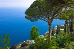 a opinião do Imagem-cartão da costa famosa de Amalfi com o golfo de Salerno da casa de campo Rufolo jardina em Ravello, Campania, fotos de stock royalty free