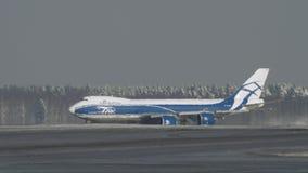 Opinião do inverno do cargueiro Boeing 747 que taxiing filme