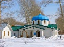 Opinião do inverno da igreja pequena Fotos de Stock Royalty Free