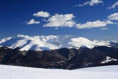 Opinião do inverno da montanha de Tarcu Fotos de Stock Royalty Free