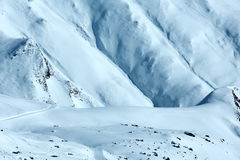 Opinião do inverno da montanha dos montes de neve Imagens de Stock