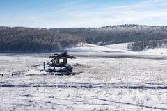 Opinião do inverno de uma exploração agrícola de porco abandonada na vila fotos de stock