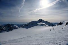 Opinião do inverno dos alpes com esquiadores Fotografia de Stock Royalty Free