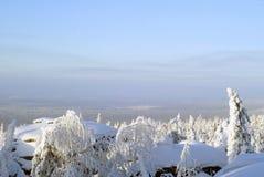 Opinião do inverno em um dia ensolarado da parte superior da montanha Fotos de Stock