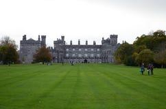 Opinião do jardim, Irlanda da paisagem do castelo de Kilkenny Foto de Stock