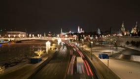 A opinião do Kremlin e de quadrado vermelho na noite da ponte crescente em Zaryadye estaciona filme