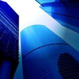 Opinião do lado de baixo ao arranha-céus novo Foto de Stock Royalty Free