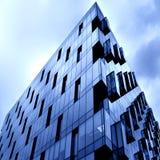 Opinião do lado de baixo ao arranha-céus novo Fotografia de Stock Royalty Free