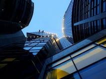 Opinião do lado de baixo da construção moderna com iluminação exterior na noite Fotografia de Stock Royalty Free