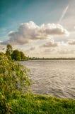 Opinião do lago city com céu bonito Fotos de Stock Royalty Free