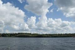 Opinião do lago com céu e nuvens Fotografia de Stock Royalty Free