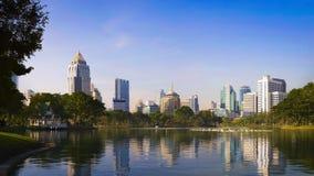 Opinião do lago com edifícios. Foto de Stock
