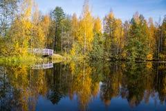 Opinião do lago com uma ponte de madeira Fotos de Stock