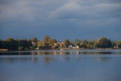 Opinião do lago da vila Imagens de Stock Royalty Free