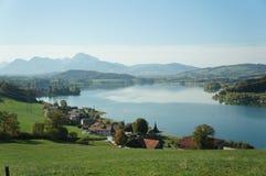 Opinião do lago e do Moutain imagem de stock