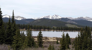 Opinião do lago mountains rochosas fotos de stock royalty free