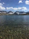 Opinião do lago nas serras Fotografia de Stock Royalty Free