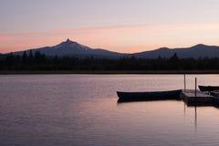 Opinião do lago no por do sol com montanhas imagens de stock royalty free