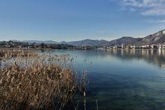 Opinião do lago Sarnico, BS Itália imagem de stock royalty free
