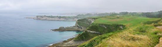 Opinião do litoral do prefeito Lighthouse de Cabo, Santander, Cantábria imagens de stock royalty free