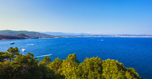 Opinião do louro de Napoule do La de Cannes Riviera francês, Azure Coast, Provenc foto de stock