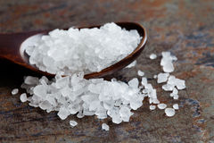 Opinião do macro do condimento de sal do mar Preservativo de alimento mineral natural do tempero, cristal branco salino do cloret fotos de stock