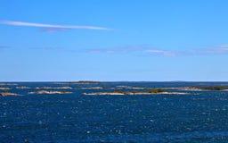 Opinião do mar com iselands pequenos das rochas Foto de Stock Royalty Free