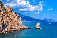Opinião do mar com a montanha Ayu-Dag em uma distância foto de stock