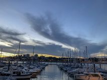 Opinião do mar com os iate em Porto portgal foto de stock