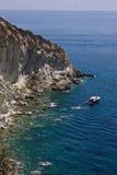 Opinião do mar com rochas e barco imagens de stock royalty free