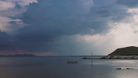 Opinião do mar com timelapse de vinda da chuva vídeos de arquivo