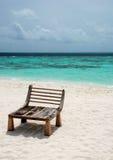 Opinião do mar com um assento de madeira Fotografia de Stock Royalty Free