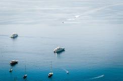 Opinião do mar com veleiro, barco de motor de Taormina, Sicília, Itália fotos de stock royalty free