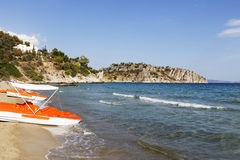A opinião do mar da costa com água bikes fotos de stock