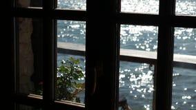 Opinião do mar da janela de um café