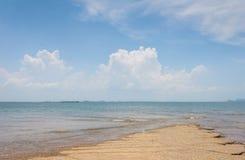 Opinião do mar da praia de Susan Hoi (Shell Beach Cemetery fóssil) em Krabi T Imagens de Stock