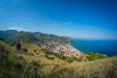 Opinião do mar e da cidade e da praia de Cefalu em Sicília foto de stock
