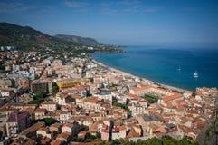 Opinião do mar e da cidade e da praia de Cefalu em Sicília imagens de stock