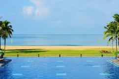 Opinião do mar, uma piscina e a praia Imagem de Stock Royalty Free