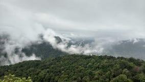 Opinião do monte do céu nebuloso Fotografia de Stock