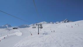 Opinião do movimento do elevador de cadeira do cabo no recurso de montanhas no inverno filme